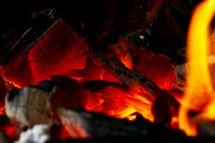 Горящий швырок в конце камина вверх, огонь BBQ, предпосылка угля Огонь угля с искрами изолированный пожар предпосылки черный коне стоковые фотографии rf