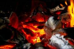Горящий швырок в конце камина вверх, огонь BBQ, предпосылка угля Огонь угля с искрами изолированный пожар предпосылки черный коне стоковое изображение rf