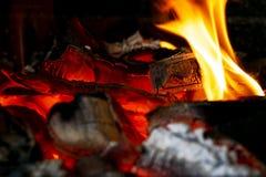 Горящий швырок в конце камина вверх, огонь BBQ, предпосылка угля Огонь угля с искрами изолированный пожар предпосылки черный коне стоковые изображения