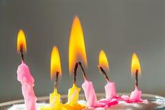 6 горящих свечей дня рождения Стоковые Изображения
