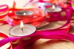 3 горящих свечи, вокруг свечи лента другого цвета утончает Стоковая Фотография RF