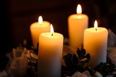 4 горящих свечи на венке пришествия Стоковое Изображение RF