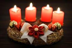 4 горящих свечи на венке пришествия Стоковые Изображения