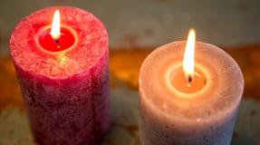 2 горящих свечи на деревянном столе Стоковое Изображение RF