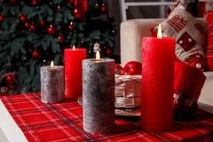 4 горящих свечи на конце-вверх таблицы перед рождественской елкой, селективный фокус Установка рождества, селективный фокус Стоковые Фото