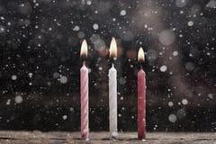 3 горящих свечи, предпосылка снега Стоковое фото RF