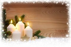 4 горящих свечи пришествия и рамки снега Стоковая Фотография