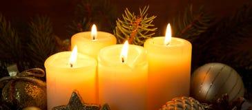 4 горящих свечи пришествия и украшения рождества Стоковые Фотографии RF