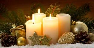 3 горящих свечи пришествия и украшения рождества Стоковое Изображение