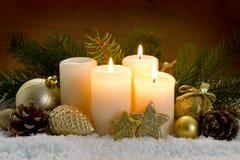 3 горящих свечи пришествия и украшения рождества Стоковые Изображения
