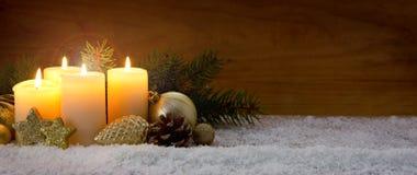 4 горящих свечи пришествия и украшения рождества Стоковые Изображения RF