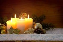 4 горящих свечи пришествия и украшения рождества Стоковые Изображения