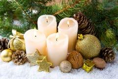 4 горящих свечи пришествия и украшения рождества Стоковое Изображение