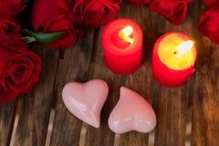 2 горящих свечи с свежими розами Стоковое фото RF