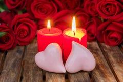 2 горящих свечи с свежими розами Стоковое Изображение RF