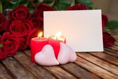 2 горящих свечи с свежими розами Стоковые Изображения