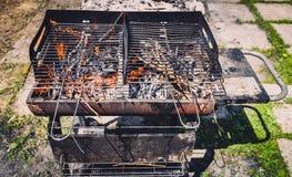 Горящ и подогревающ старое ржавое барбекю зажарьте очищая пакостный g Стоковые Изображения RF