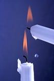 2 горя белых свечи на голубой предпосылке Стоковое фото RF