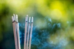 горя выбитые ручки и дым от горения ладана Стоковое фото RF