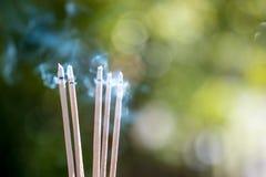 горя выбитые ручки и дым от горения и smok ладана Стоковая Фотография