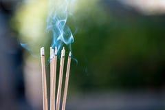 горя выбитые ручки и дым от горения и smok ладана Стоковые Фото