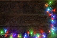 Горя гирлянда СИД на темной деревянной предпосылке Подготовка для Стоковые Фото