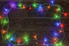 Горя гирлянда СИД на темной деревянной предпосылке Подготовка для Стоковое Изображение