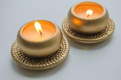 2 горя декоративных свечи в цвете золота Стоковые Фотографии RF