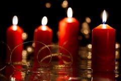 4 горя красных свечи с золотой лентой Стоковые Фото