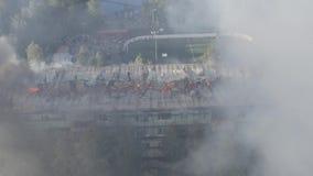 Горя крыша жилого многоэтажного здания, облака дыма от огня пожарные тушат огонь top акции видеоматериалы