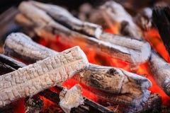 Горя огонь угля красного огня для взгляда крупного плана повара стоковые изображения rf