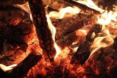 Горя пламя деревянного огня стоковое фото