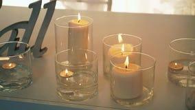 Горя свеча в стеклянной склянке сток-видео