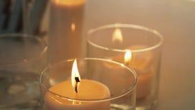 Горя свеча в стеклянной склянке видеоматериал