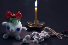 Горя свеча на бронзовом подсвечнике в форме цветка и изобретенного ха стоковая фотография rf