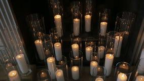 Горя свечи в высоких стеклах около украшенного камина акции видеоматериалы