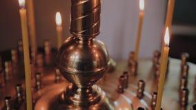 Горя свечи церков на подсвечнике во время церковных служб акции видеоматериалы