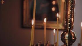 Горя свечи церков на подсвечнике во время церковных служб сток-видео