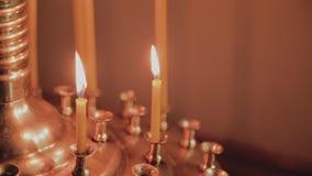Горя свечи церков на подсвечнике во время церковных служб видеоматериал