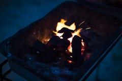 Горя угли для жарить nighttime стоковые изображения rf