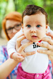 Гордая мать показывая младенца Стоковые Изображения RF
