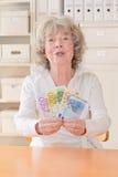 Гордая старшая женщина с банкнотами Стоковое Изображение