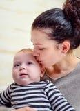 Гордая любящая мать с младенцем стоковое изображение rf