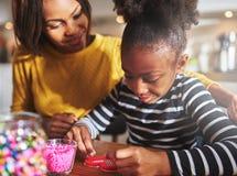 Гордые родительские наблюдая шарики ремесла пользы ребенка Стоковые Фото