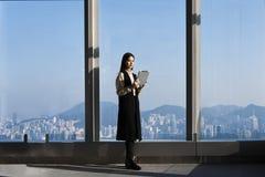 Гордый архитектор женщины смотря e-светокопии на таблетке Стоковые Фото