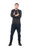 Гордый молодой холодный человек в удобной sportive одежде с пересеченными руками Стоковые Фото