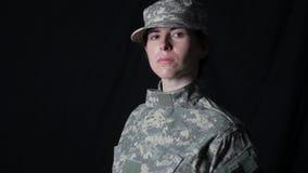 Гордый солдат смотрит на камеру сток-видео