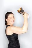 Гордый усмехаясь трофей взрослой женщины стоковое изображение