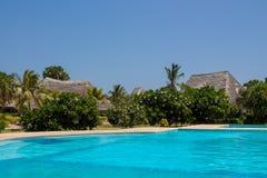 Гостиница бунгала и чистый бассейн открытого моря Стоковое Изображение