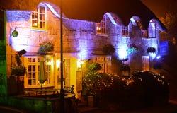 Гостиница деревни на ноче стоковые фото